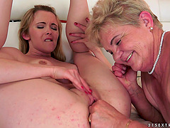 Short-haired granny gets her pussy licked by a blonde lesbian