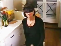 femme mure en cuisine